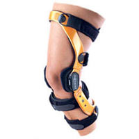 This lightweight brace provides durable support for moderate to severe ACL, PCL, MCL and LCL instabilities. It has a low profile carbon composite frame and standard suede frame with strap pads.